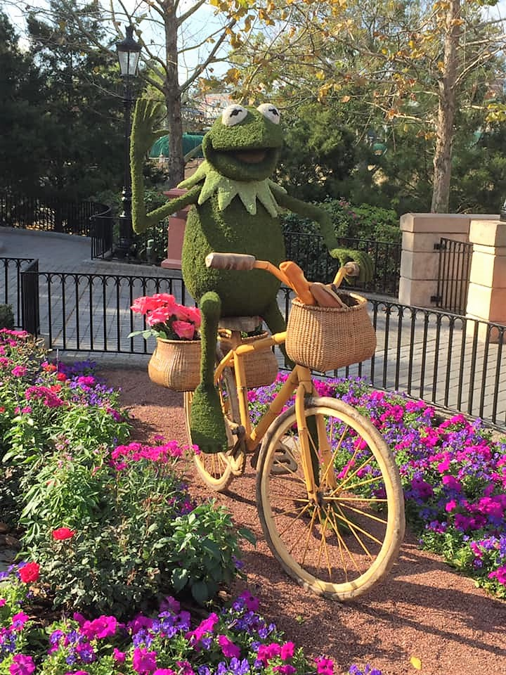 This image has an empty alt attribute; its file name is kermit-topiary.jpg
